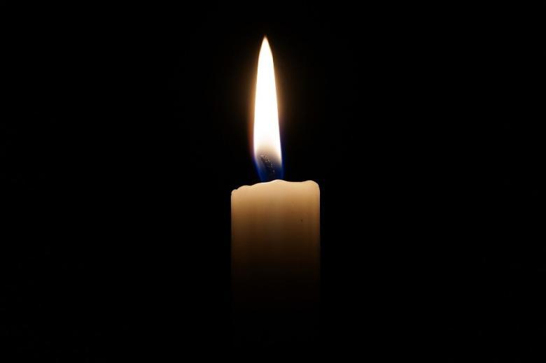 Świeca płonąca w ciemności