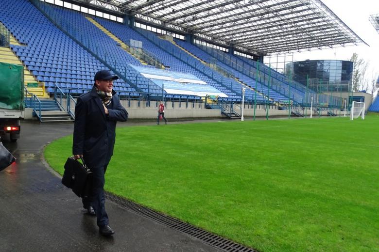 Zdjęcie: mężczyzna na stadionie