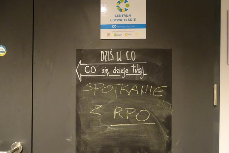 Zdjęcie: napis kreda na tablicy koło drzwi