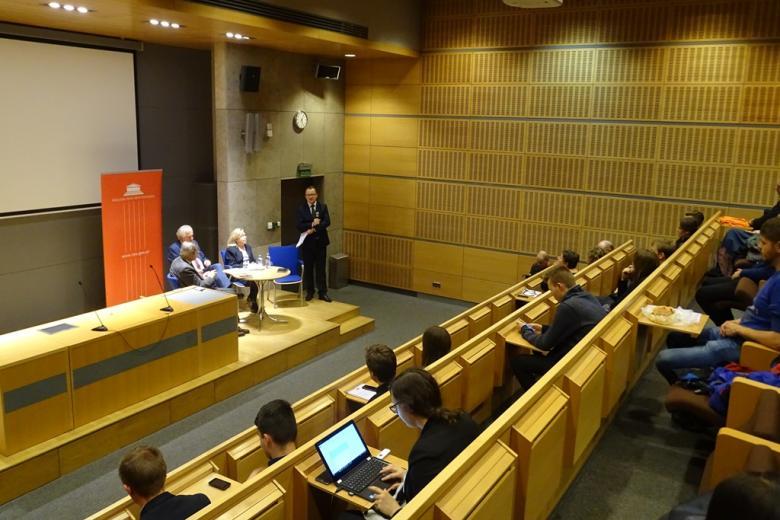 Zdjęcie: paneliści i i publiczność w audytorium