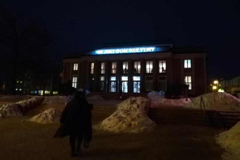 """Noc. Budynek z neonem """"Miejski dom kultury"""""""