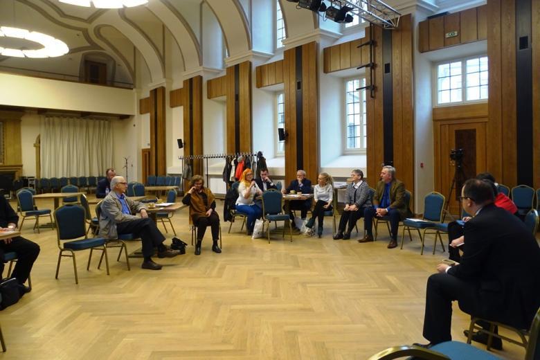 Grupa ludzi w wielkiej sali