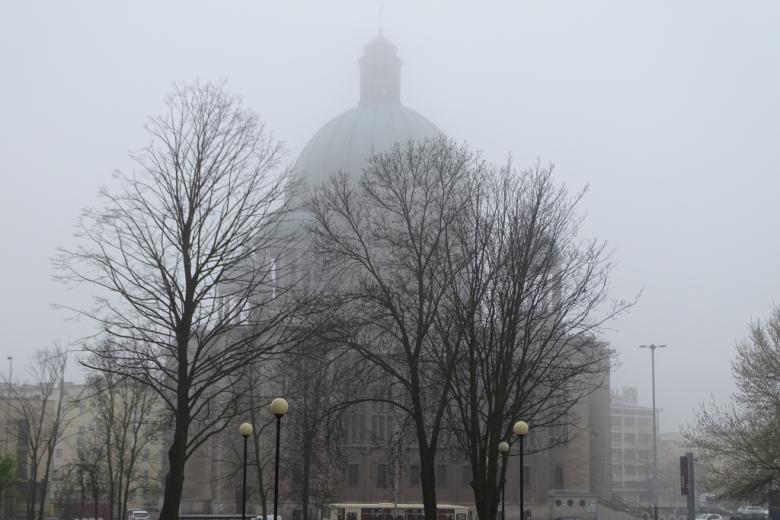 Budynek z kopułą we mgle