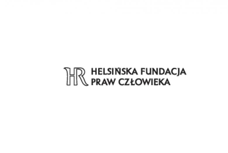 Czarne litery na białym tle: logo Helsińskiej Fundacji Praw Człowieka