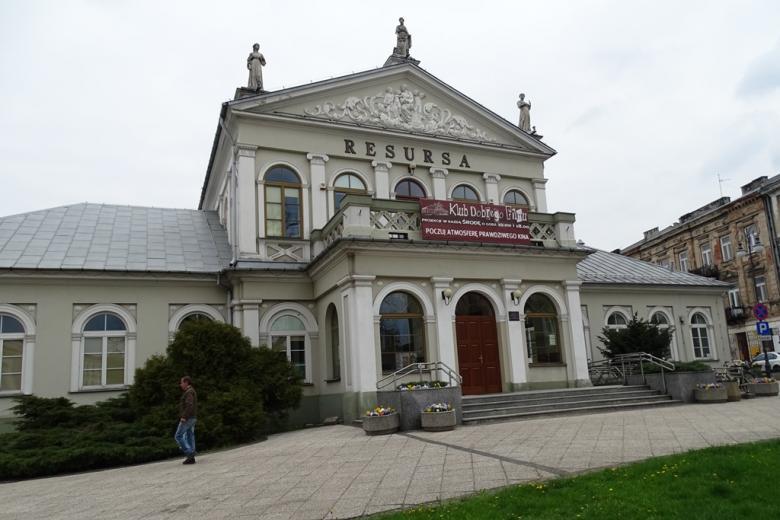 Biały budynek z XIX wieku