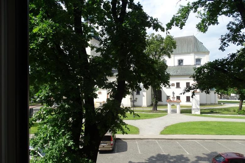Widok z okna na biały barokowy kościóów