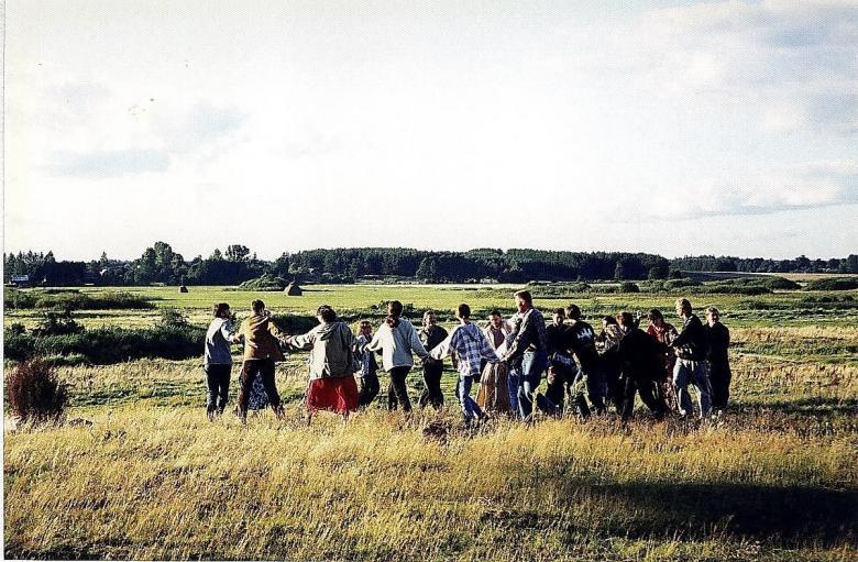Ludzie tańczą na łące