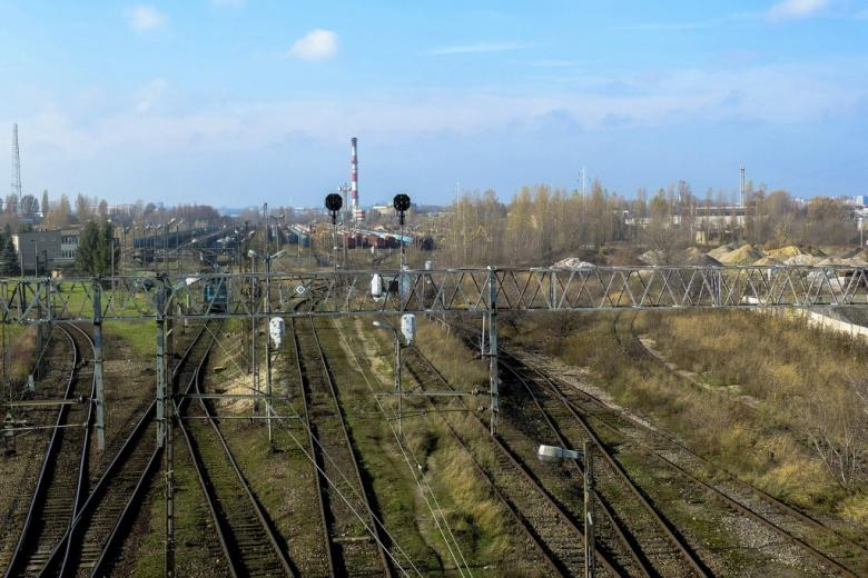 Rozjazd kolejowy pod miastem