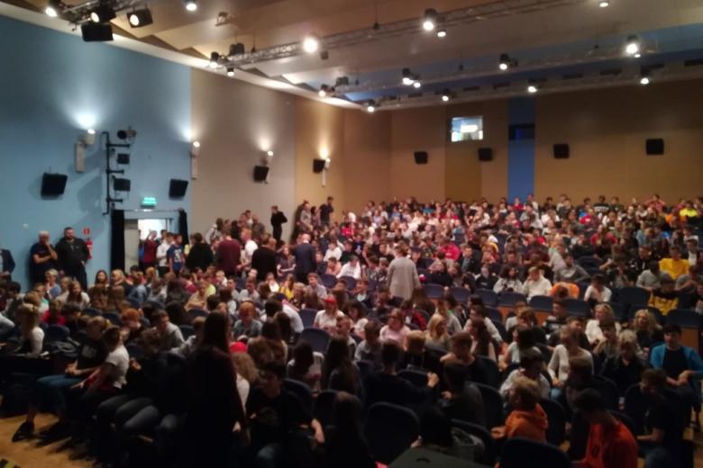 Sala kinowa pełna młodych ludzi