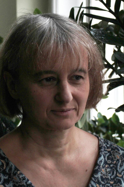 Zdjęcie kobiety z włosami do pół twarzy