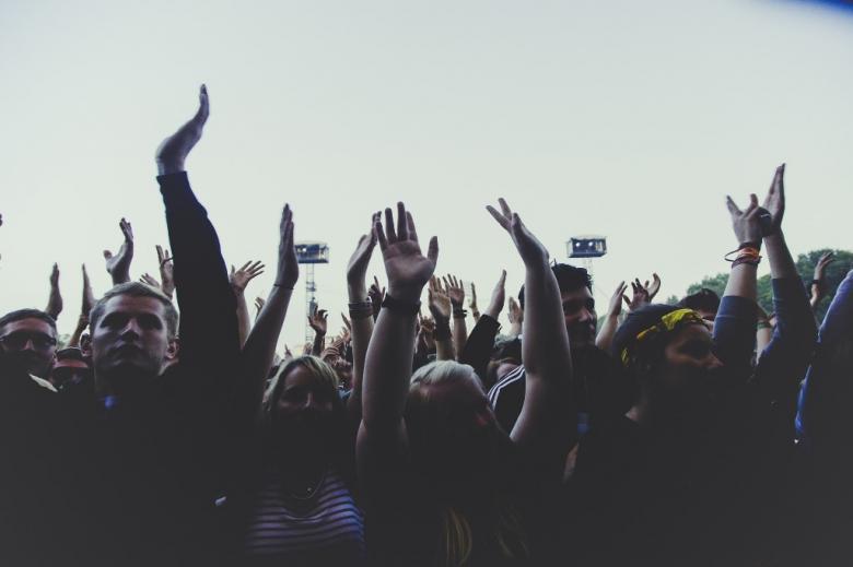 Ludzie  machający rękami