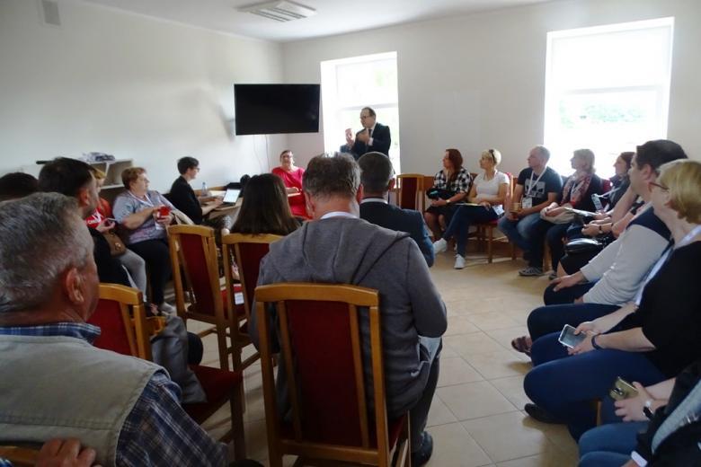 Grupa ludzi na sali