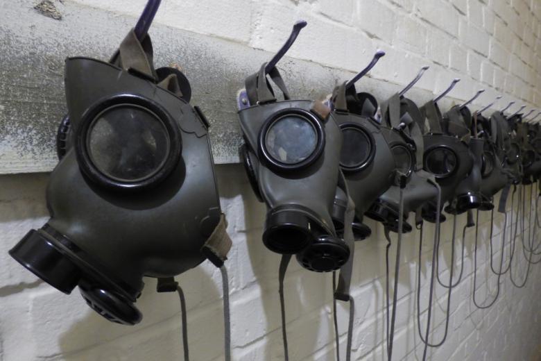 czarne maski gazowe na wieszaku