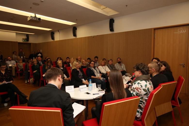 Publiczność i paneliści, widok na całą salę