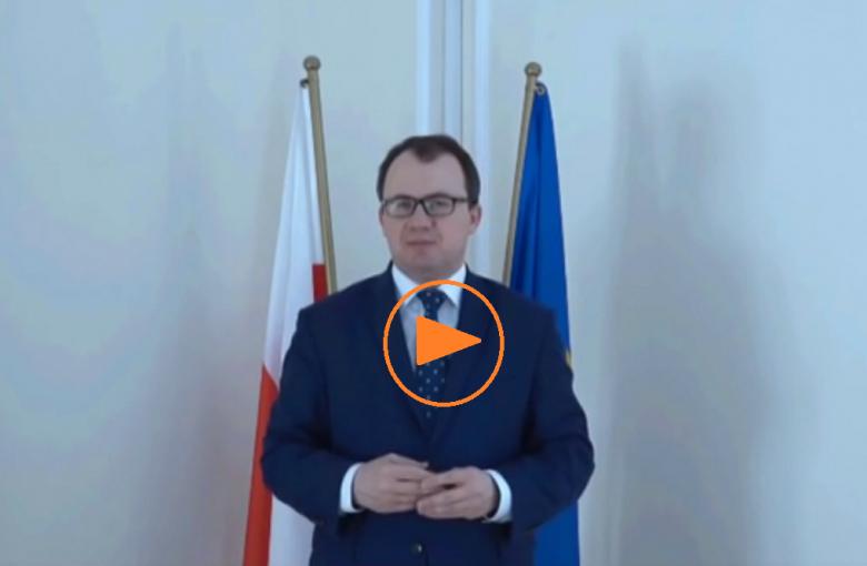 Zdjęcie: mężczyzna na tle flag Polski i UE