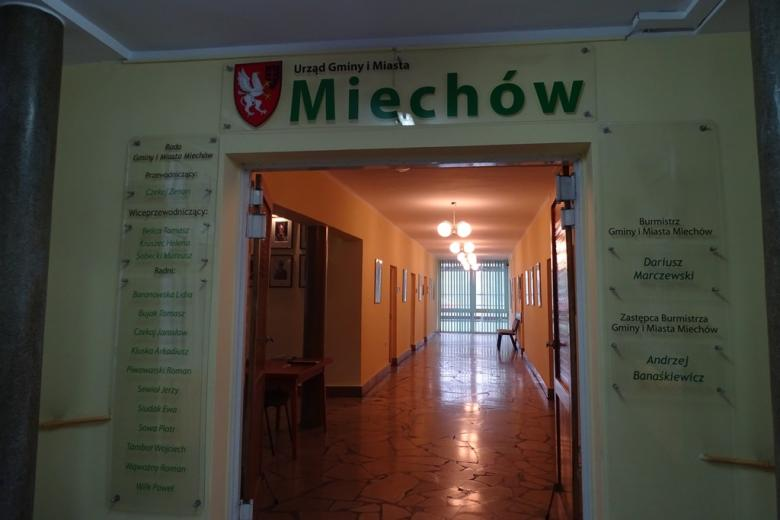 Zdjęcie: tablica informacyjna w budynku gminy Miechów