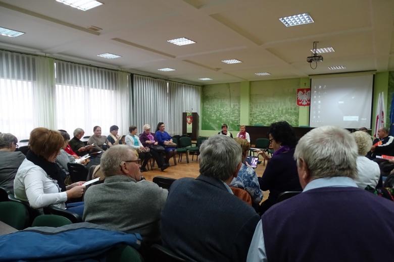 Zdjęcie: dużo ludzi na sali