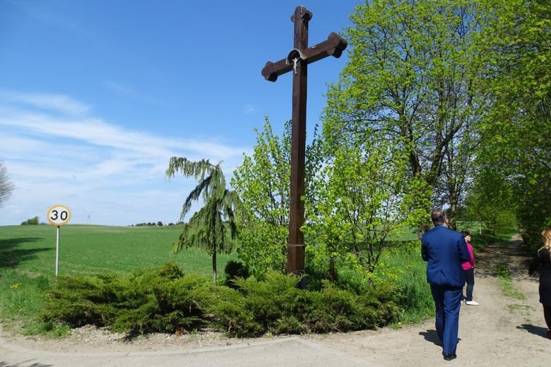 Krzyż przy drodze koło siedliska