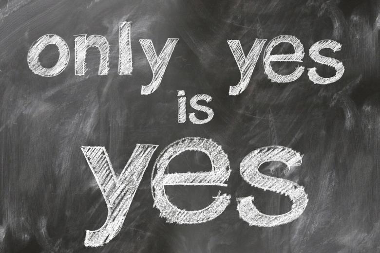 Szkolna tablica z napisem Only yes is yes