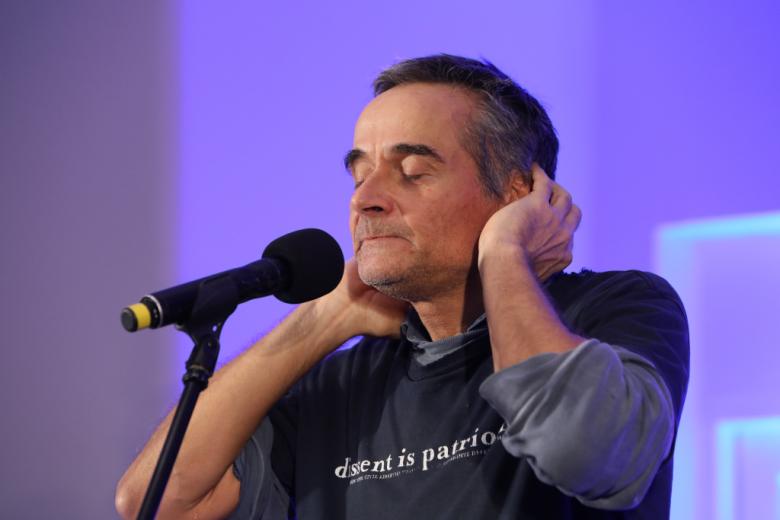 Mężczyzna mówi do mikrofonu