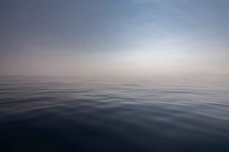 morski horyzont z niewidoczną granicą między wodą a powietrzem