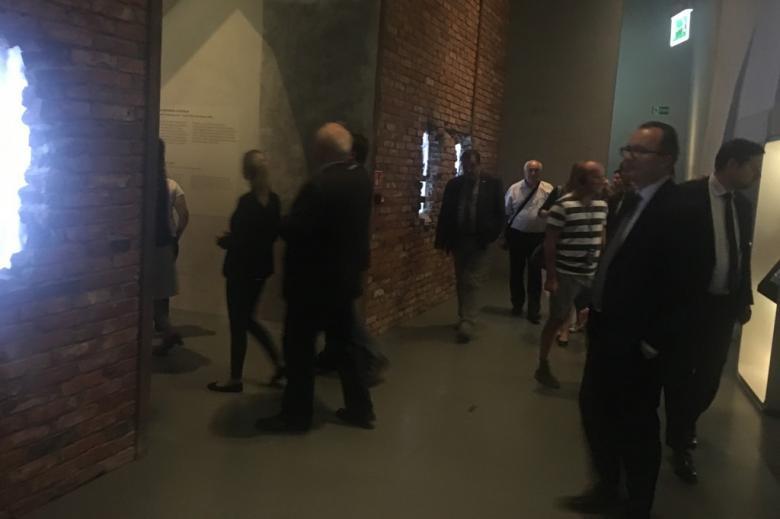 Ludzie na wystawie. Na pierwszym planie mężczyzna