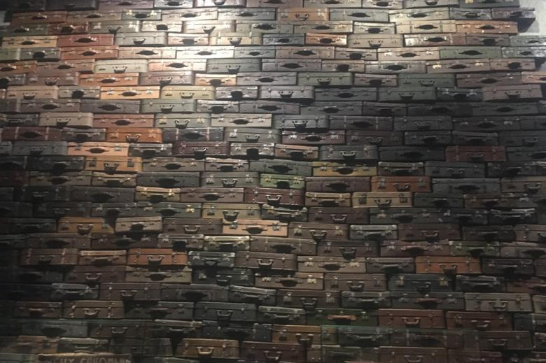 Ściana ułożona z walizek