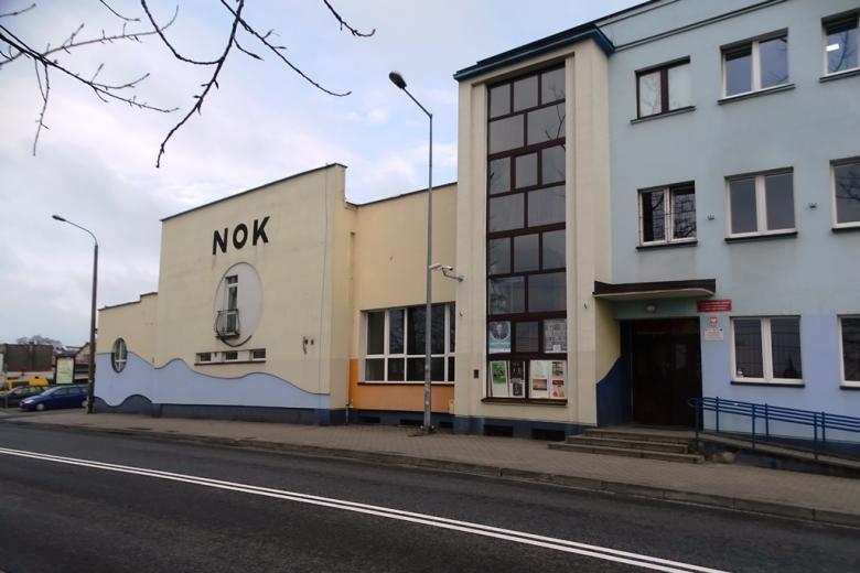 Budynek z napisem NOK