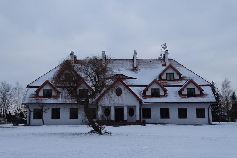 Dwor w zimowym krajobraziew