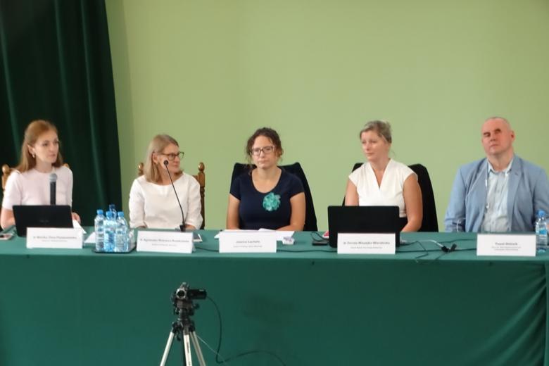 Paneliści przy stole