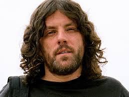 Długowłosy mężczyzna z brodą