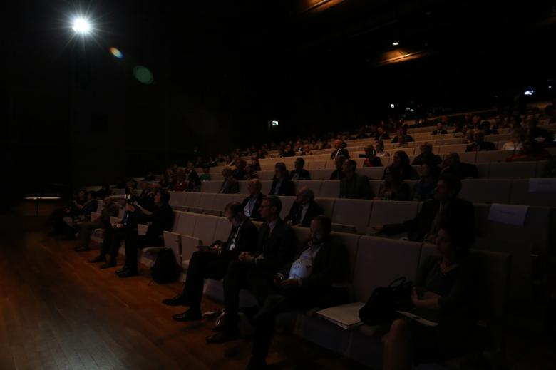 Publiczność w ciemnym audytorium