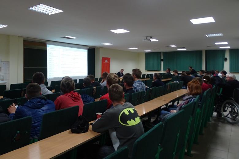 Zdjęcie: sala wykładowa, młodzi ludzie