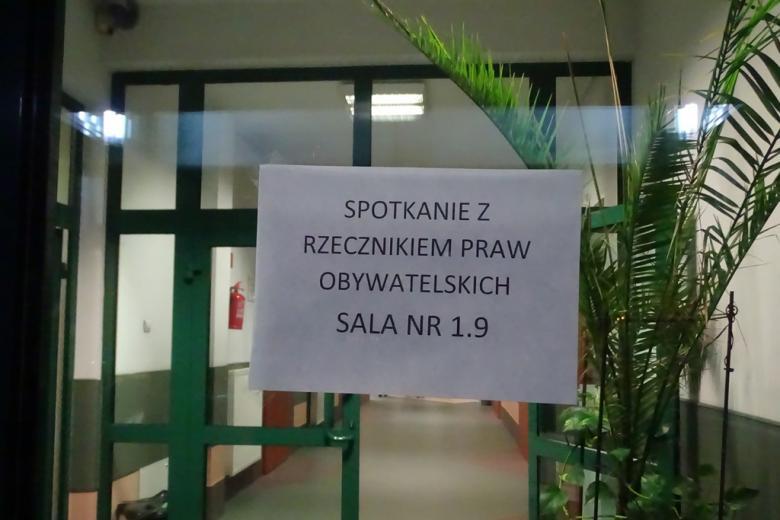 Zdjęcie:  karta informująca, że spotkanie z RPO jest w sali 1.9
