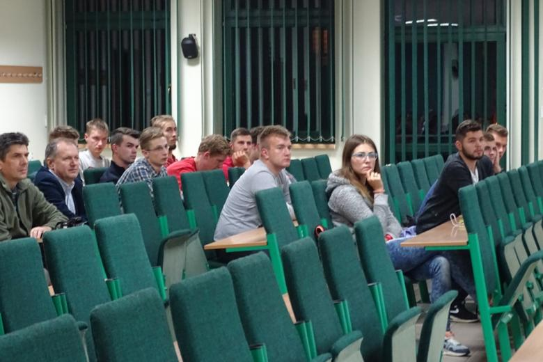 Zdjęcie: młodzi ludzie słuchają z uwagą