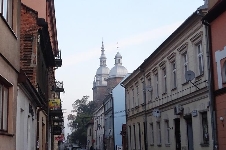 Zdjęcie: uliczka w zabuytkowym mieście, wieże kościelne