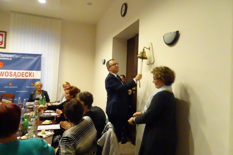 Zdjęcie: mężczyzna bije w dzwon na sali