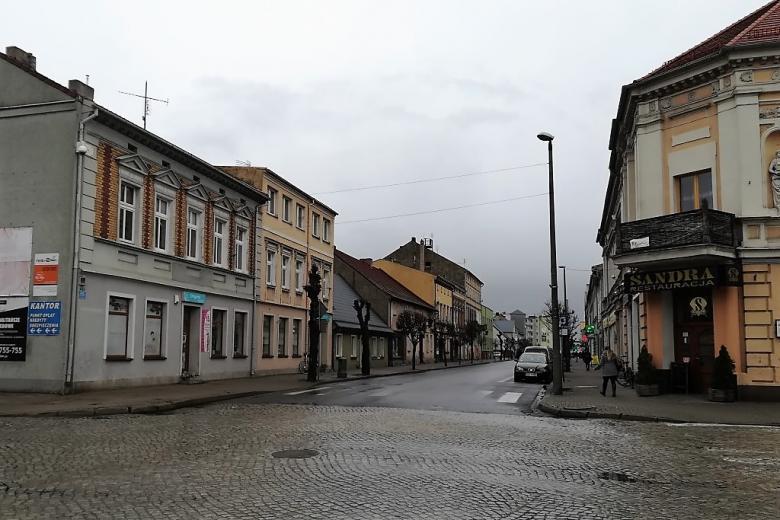 Ulica z niewysokimi domami w deszczowy dzień