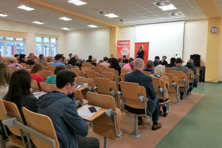 Kilkadziesiąt osób na sali wykladowej