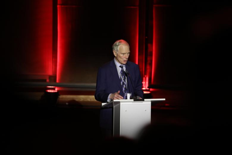 Mężczyzna przy mównicy