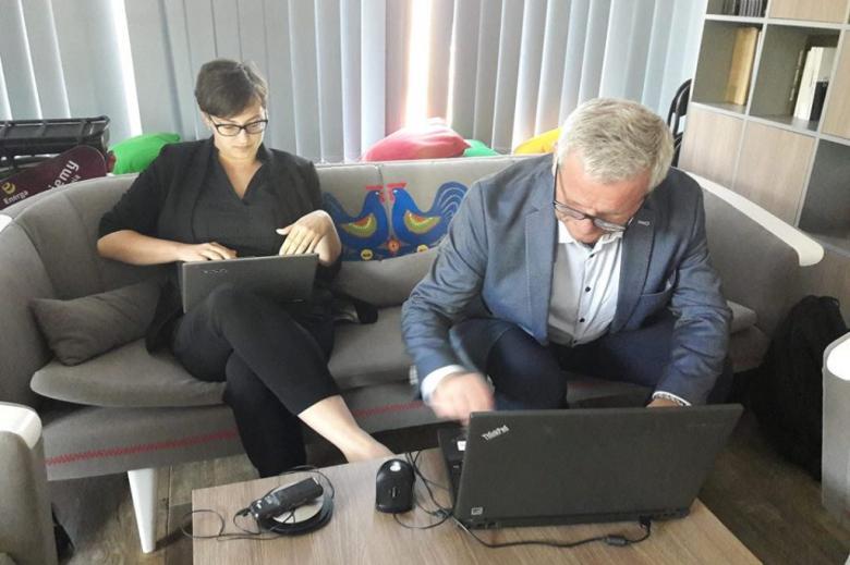 Kobieta i mężczyzna notują na laptopach
