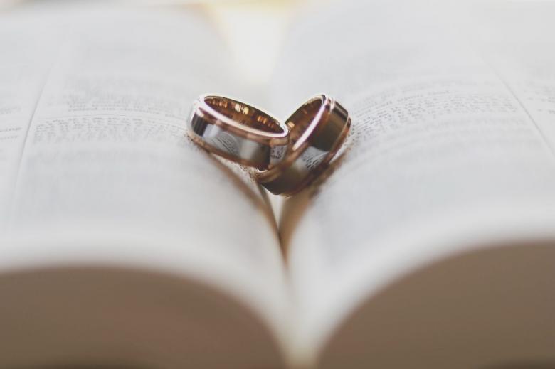 Dwie obrączki w ksiączki na książce