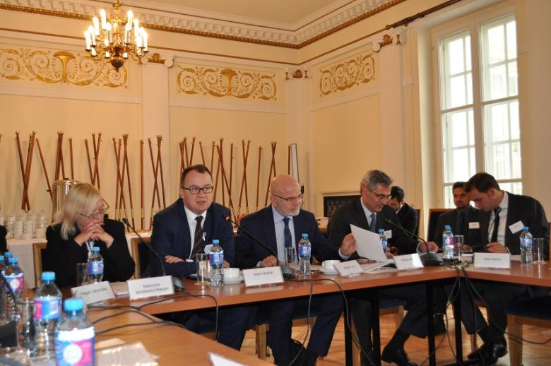 zdjęcie: za stołem siedzi jednak kobieta i czterech mężczyzn