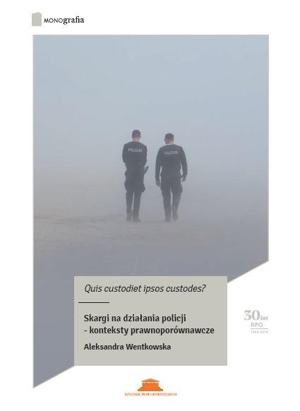 grafika: we mgle widać idących przed siebie dwóch policjantów
