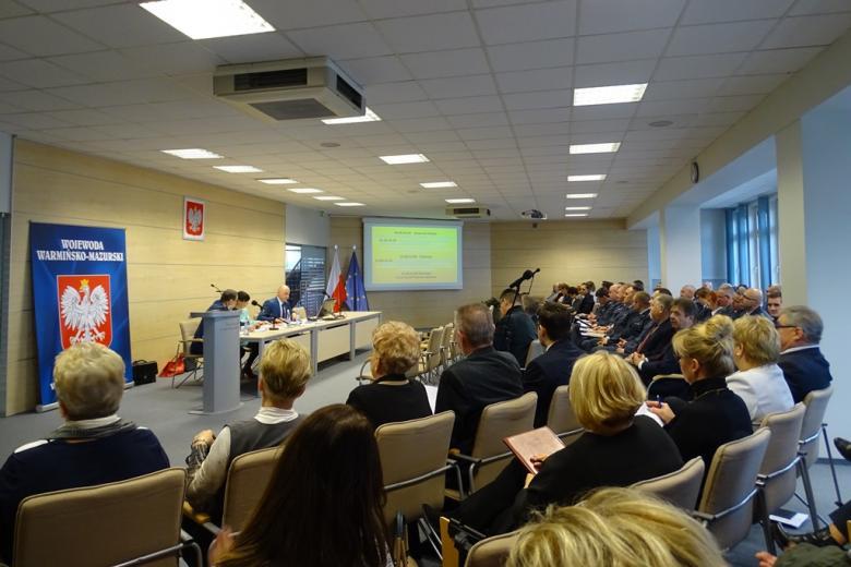 Zdjęcie: kilkadziesiąt osób w nowoczesnej sali konferencyjnej