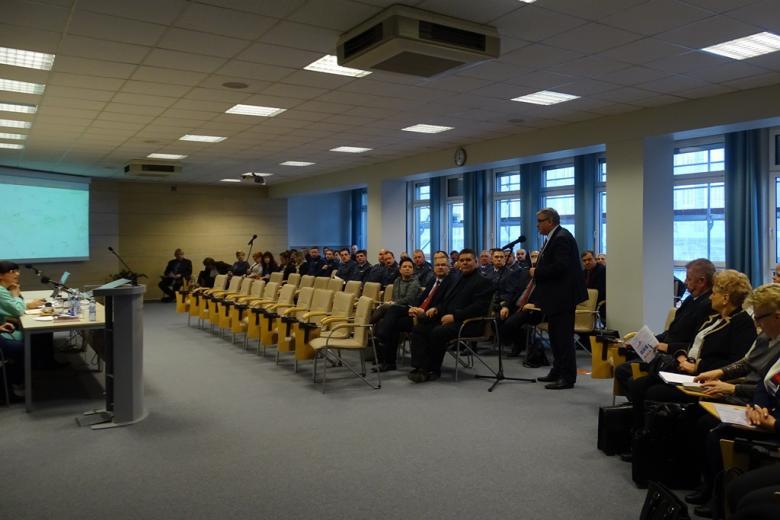 Zdjęcie: mężczyzna stoi na sali konferencyjnej