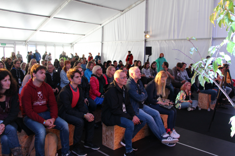 Publiczność w namiocie