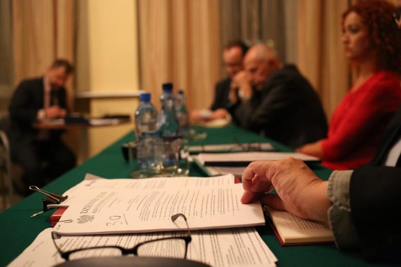 Stół, a na nim Dziennik Ustaw
