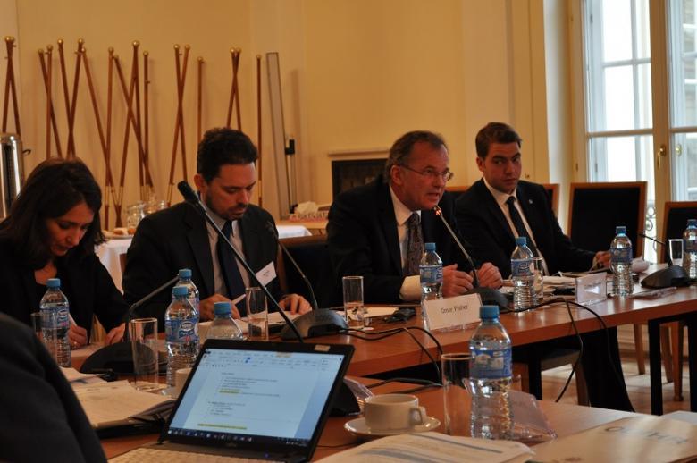 zdjęcie: kilka osób siedzi za stołami