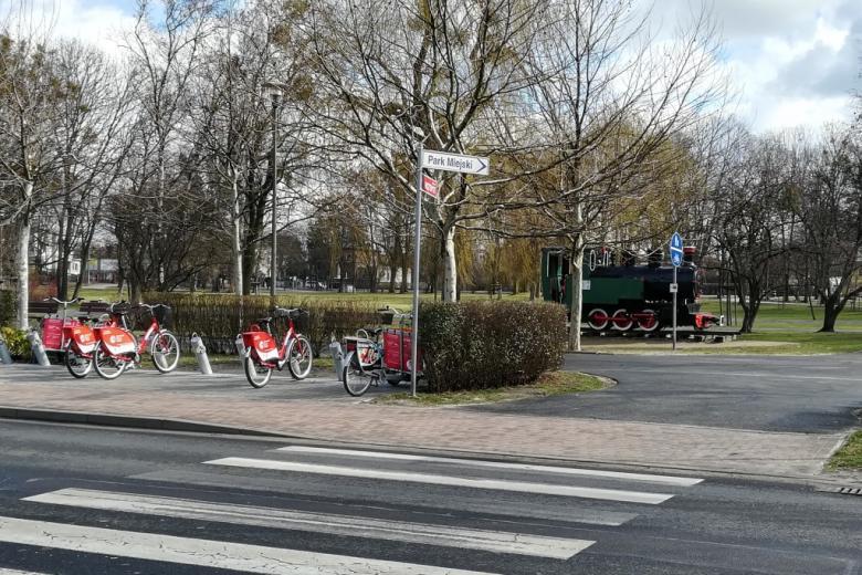 Lokomotywa-pomnik na skwerze i stacja rowerów miejskich